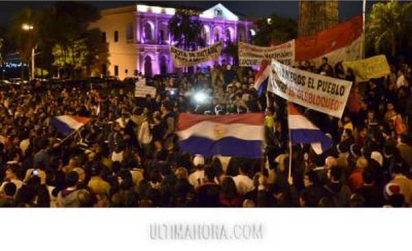 Cinco mil autoconvocados protestaron contra el abuso de los parlamentarios